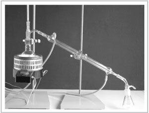 Рис. 72. Лабораторная установка для дистилляции жидкостей